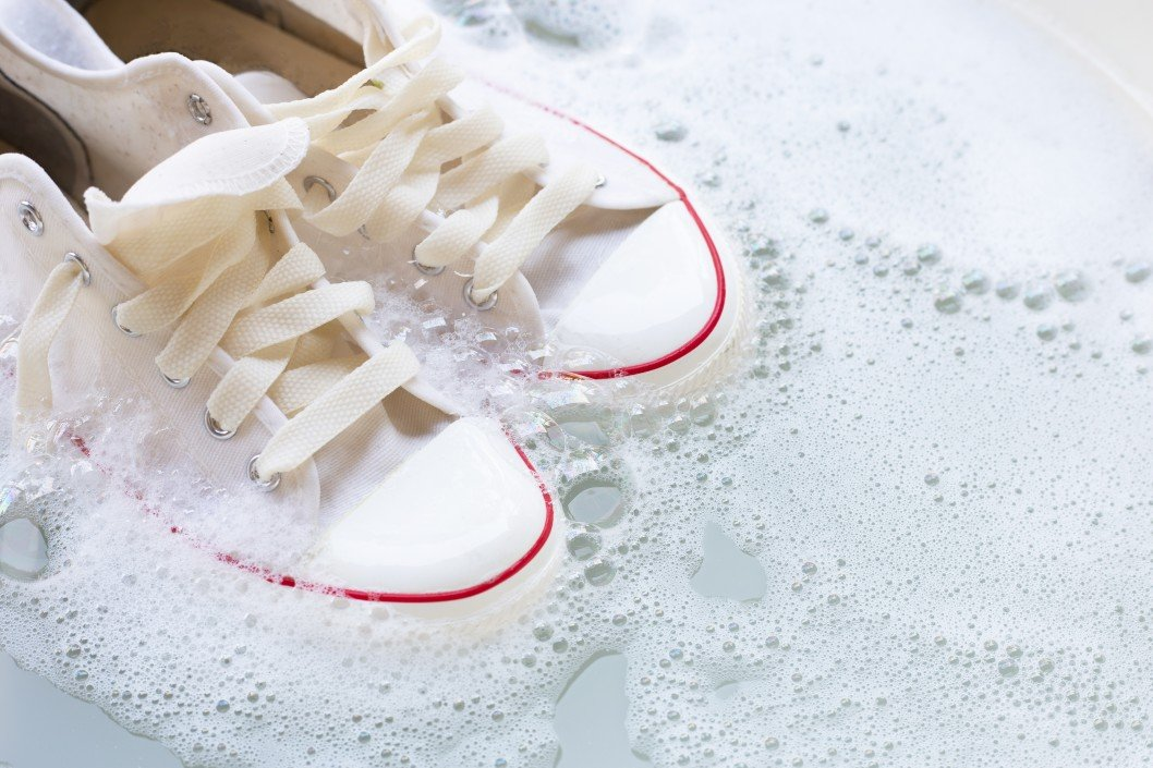 mycie białych butów w wodzie
