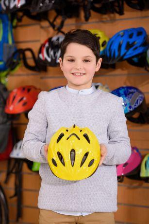 dzieciak trzyma kas rowerowy