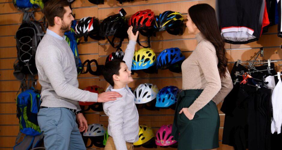 wybiera kask rowerowy z rodzicami